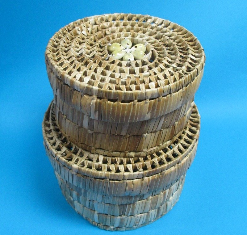set of 2 round wicker baskets with lids. Black Bedroom Furniture Sets. Home Design Ideas